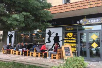 ANTURAJ Roman, cu un design la modă, atrăgător şi relaxant – o cafenea cum numai orașele mari au!