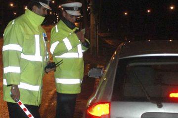 Un tânăr de 18 ani, băut și fără permis, fură o mașină și se plimbă cu ea. Polițiștii l-au oprit