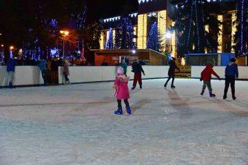 Primarul Lucian Micu vă da startul distracției la patinoar mâine, la ora 10.00, alături de Olaf, Elsa, Mickey, Minnie și Pluto
