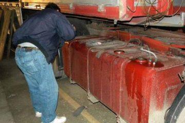 Cinci tineri au furat combustibil din rezervorul unui TIR parcat
