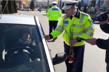 Neamț: conducătoarele auto au fost oprite în trafic de polițiști, cu ocazia zilei de 8 martie