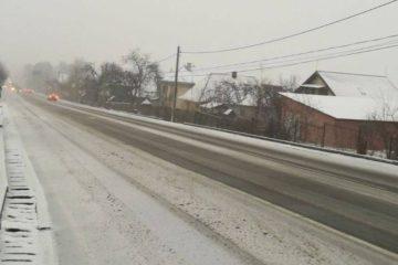 În Neamț a început să ningă și temperatura a scăzut considerabil! Ce spun drumarii despre evoluția situației