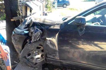 A efectuat o depășire, a pierdut controlul volanului și s-a izbit cu mașina într-un gard și un copac, la Cotu Vameș