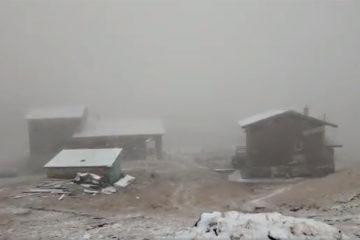 Video: Au căzut primii fulgi de zăpadă în România. Drumarii sunt pregătiți