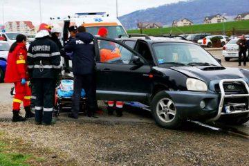 Accident cu victime la ieșirea din Piatra Neamț spre Girov. Un bărbat și o bătrână au fost duși la spital