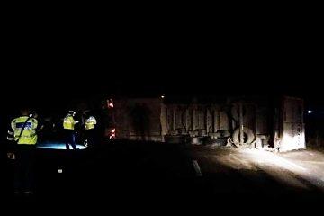 Accident grav la Secuieni, pe E85: un TIR a intrat într-un mașină și s-a răsturnat. Doi tineri sunt accidentați