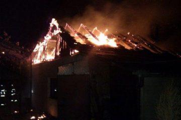 La mijlocul nopții, s-au trezit cu acoperișul casei, în flăcări