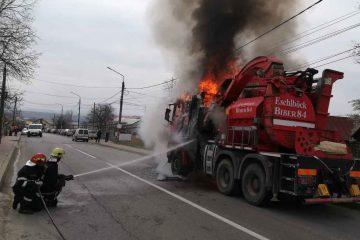 Un autocamion a luat foc pe șosea, astăzi, în Neamț