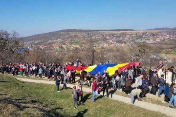 3.000 de sarmale și plăcinte oferite pelerinilor după ce au urcat Drumul Crucii, pe dealul Muncelu, la Ion Creangă