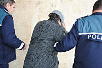 Polițiștii nemțeni au reținut o femeie pentru înșelăciune și fals în înscrisuri sub semnătură privată