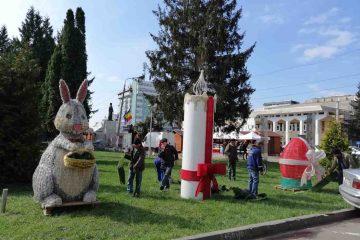 Iepurași și ouă cu luminițe, în parcul din fața Primăriei Roman
