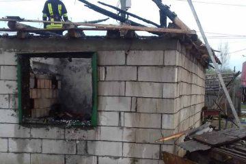 Neamț: a făcut scandal, a amenințat familia după care a dat foc la casă