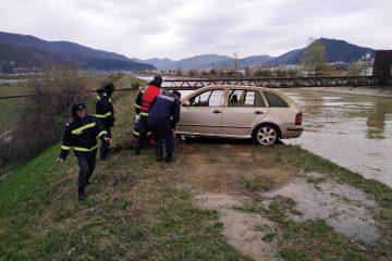 Două autoturisme furate luna trecută au fost scoase, ieri, de polițiști, din canalul râului Bistrița