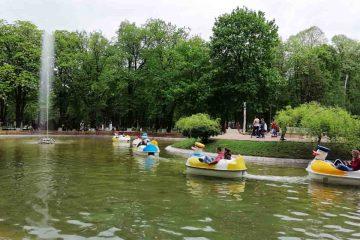 Parcul Municipal Roman, principala atracție în prima zi de Paște; sute de romașcani au fost cu familiile în parc