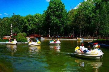 Parcul Roman, unul dintre cele mai frumoase din Moldova, atrage vizitatori și aprecieri de la Piatra Neamț