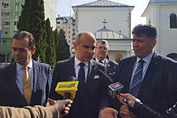 """Ludovic Orban şi Rareș Bogdan i-au salutat pe romașcani și s-au recules la Biserica """"Sfinții Voievozi"""""""