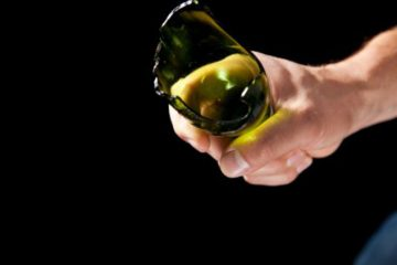 O tânără și-a înjunghiat frații, din Neamț, cu o sticlă, după un scandal iscat de la băutură