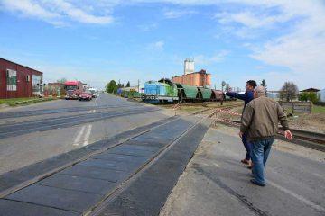 Trecerea la nivel cu calea ferată de la ieșirea din Roman, în faza realizării proiectului. Urmează lucrările de reabilitare