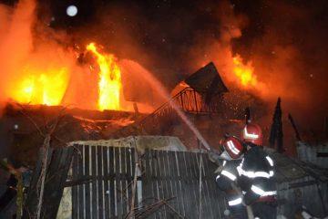 Un bărbat din Văleni și-a dat foc la casă, supărat pe viață și pe…soție