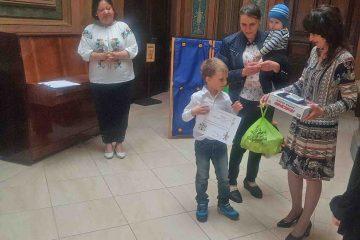 Cel mai mic cititor al Bibliotecii Municipale Roman a primit un premiu