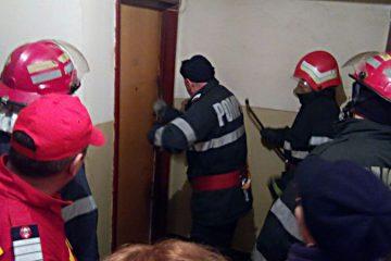 De ultimă oră: salvatorii Detașamentului Roman au intrat în apartament dar au găsit un bărbat mort