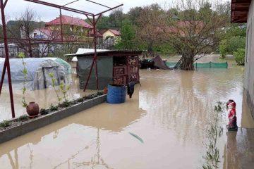 Persoane evacuate, gospodării sub apă, zeci de grădini și curți inundate, fântâni, drumuri și poduri afectate, în zona Roman