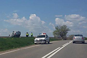 Astăzi, un bărbat din Roman s-a răsturnat cu mașina în afara drumului Piatra Neamț – Roman