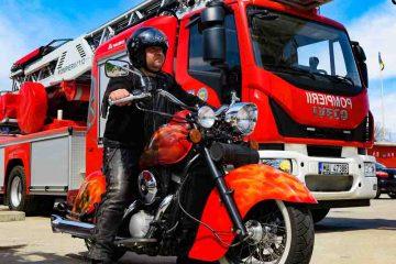 Din dragoste de meserie, un pompier de la Detașamentul Roman și-a vopsit motocicleta cu…flăcări și salvatori