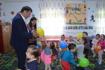 Roman: 3.600 de pachete cu dulciuri au fost oferite copiilor din grădinițe și celor din clasele I-IV