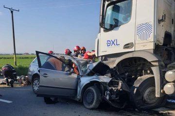 Accident grav, în această dimineață, la Horia. Un tânăr a intrat cu mașina într-un camion