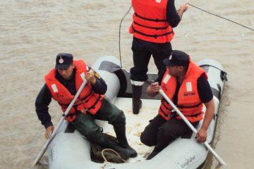 Bărbatul căzut în râul Moldova, în zona grătarelor microhidrocentralei, a fost scos mort din apă