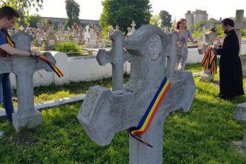 Gest deosebit al membrilor Asociației Tinerilor Ortodocși Roman; crucile eroilor împodobite cu Tricolorul