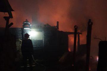 Două gospodării au fost mistuite de flăcări noaptea trecută, în Neamț. Lupta cu flăcările a durat 7 ore