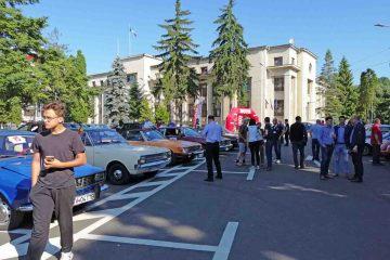 """Foto: După expoziția de mașini retro din Piața Roman Vodă, s-a dat startul """"Moldova Classic Rally"""", în Neamț"""