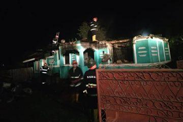 Incendiu la o gospodărie din Bălușești – Icușești. Salvatorii s-au luptat trei ore cu focul