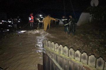 Furtună în Neamț: persoane evacuate, gospodării inundate, drumuri afectate