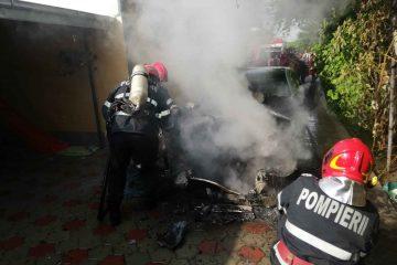 În această seară: mașină în flăcări la Simionești – Cordun. Salvatorii romașcani au intervenit prompt
