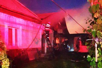 O oală uitată pe foc – cauza incendiului care a distrus două gospodării
