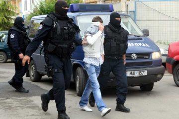 Polițiștii din Roman au prins un bărbat care a furat din locuințe și societăți comerciale
