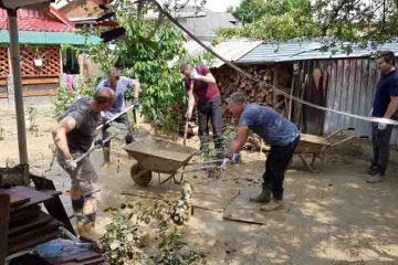 Polițiști cu suflet mare; au intervenit pentru salvarea bunurilor și înlăturarea efectelor inundațiilor, din Neamț
