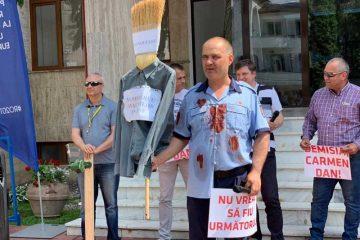 """""""Nu vrem să murim ca niște proști!"""" Membrii Sindicatului Polițiștilor """"Europol"""" Neamț au protestat în fața Prefecturii"""