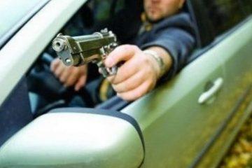 Național: Un șofer a tras cu pistolul asupra unui polițist și a unui jandarm, în timp ce era legitimat