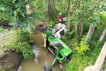 Bărbat accidentat grav după ce s-a răsturnat cu tractorul într-un pârâu