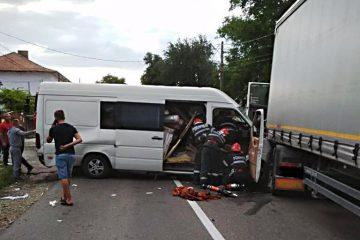 În această seară, accident grav, cu cinci victime, în Neamț: coliziune între o autoutilitară și un TIR
