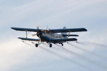 Pulverizează din nou avionul peste municipiul Roman. Posesorii de albine și animale trebuie să ia măsuri