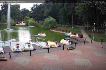 Pentru romașcanii de acasă și de pretutindeni: imagini live din Piața Roman Vodă, Ștrand și Parcul Municipal