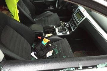 Trei persoane din Roman au spart o mașină și au furat bunuri din interior