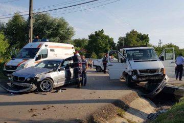 În această seară, două mașini s-au ciocnit la Hociungi – Moldoveni. Au intervenit salvatorii romașcani