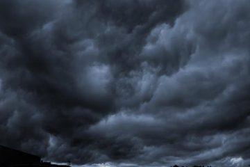 Cod Galben în zona Roman: intensificări ale vântului, descărcări electrice și grindină de mici dimensiuni