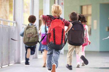 Roman: Ghiozdane complet echipate, la început de an școlar, pentru elevii cu situație financiară precară